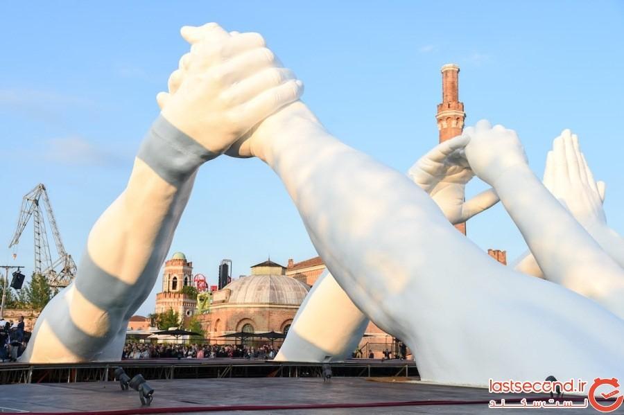 دستهای ماندگاری که به عنوان نماد وحدت، از روی کانال ونیز به هم رسیدهاند