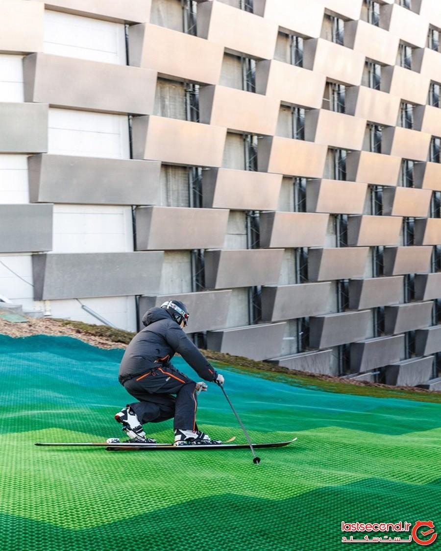 یک مسیر سبز و شیبدار مخصوص اسکی بر بام مجموعه کوپِنهیل، در کپنهاگ