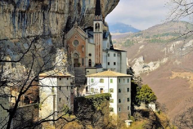 همه چیز در مورد کلیسای صخره ای قرن شانزدهمی در ایتالیا