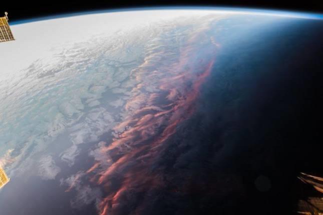 فضانوردی که غروب خورشید را از زاویه ای فرازمینی ثبت کرده است