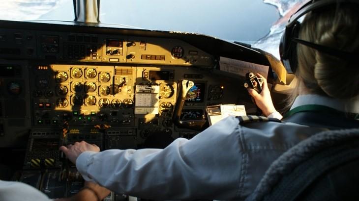 سفر با خلبانان چپ دست چه خطرهایی برای مسافران دارد؟