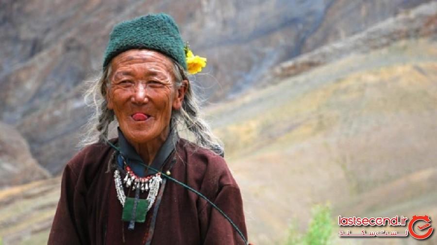 تبت: زبان خود را به بیرون دهان میچسبانند