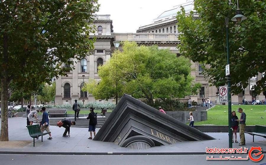 ساختمان در حال غرق شدن روبروی کتابخانه ایالتی، شهر ملبورن کشور استرالیا