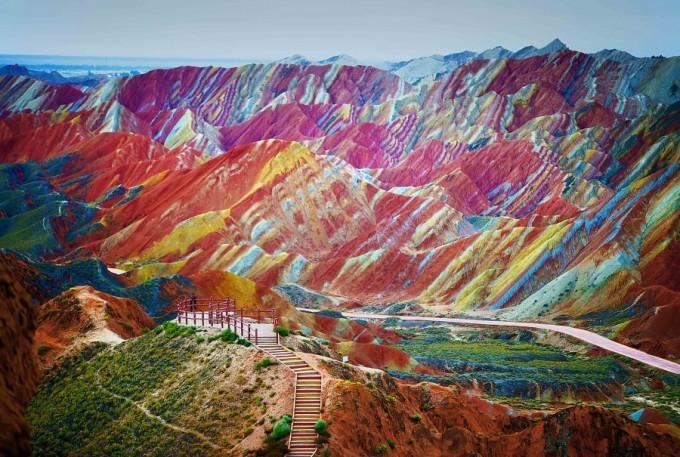 کوه های رنگین کمانی (کوه ماهنشان)