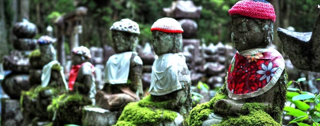 آیین ذِن در میان سنگقبرهای خزه گرفته بزرگترین گورستان ژاپن