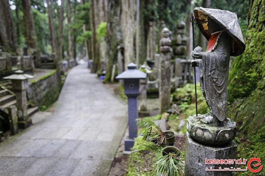 آیین ذِن را در میان سنگقبرهای خزه گرفته بزرگترین گورستان ژاپن بیابید