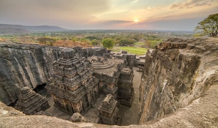 این معبد قرن هشتمی عظیم در هند کاملاً از سنگ تراشیده شده است!