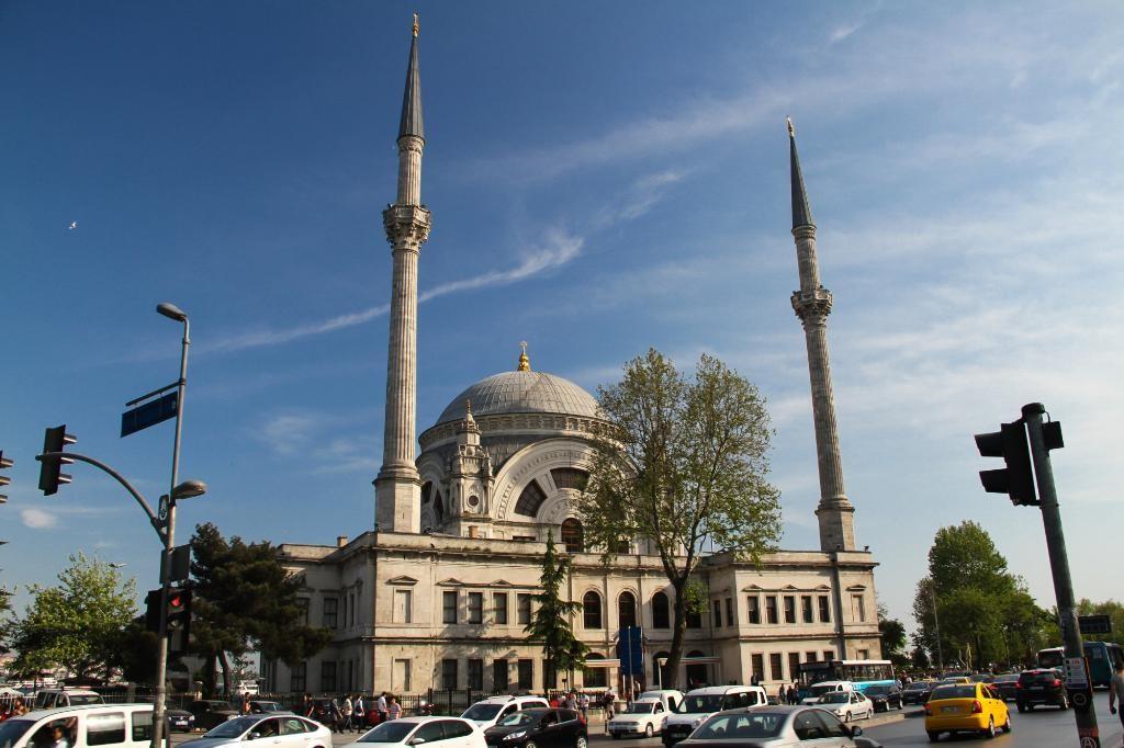 مسجد دولما باغچه