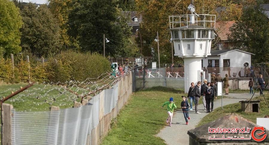 دهکدهای در آلمان که با دیواری از میان به دو قسمت تقسیم شده است