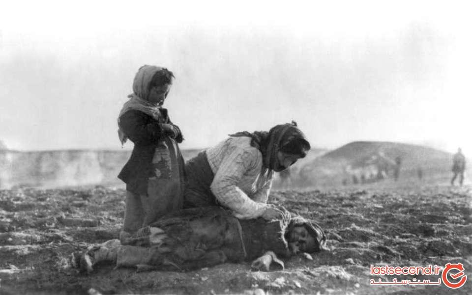 زنی در مسیر کوچ بر جنازه فرزندش اشک میریزد.jpg