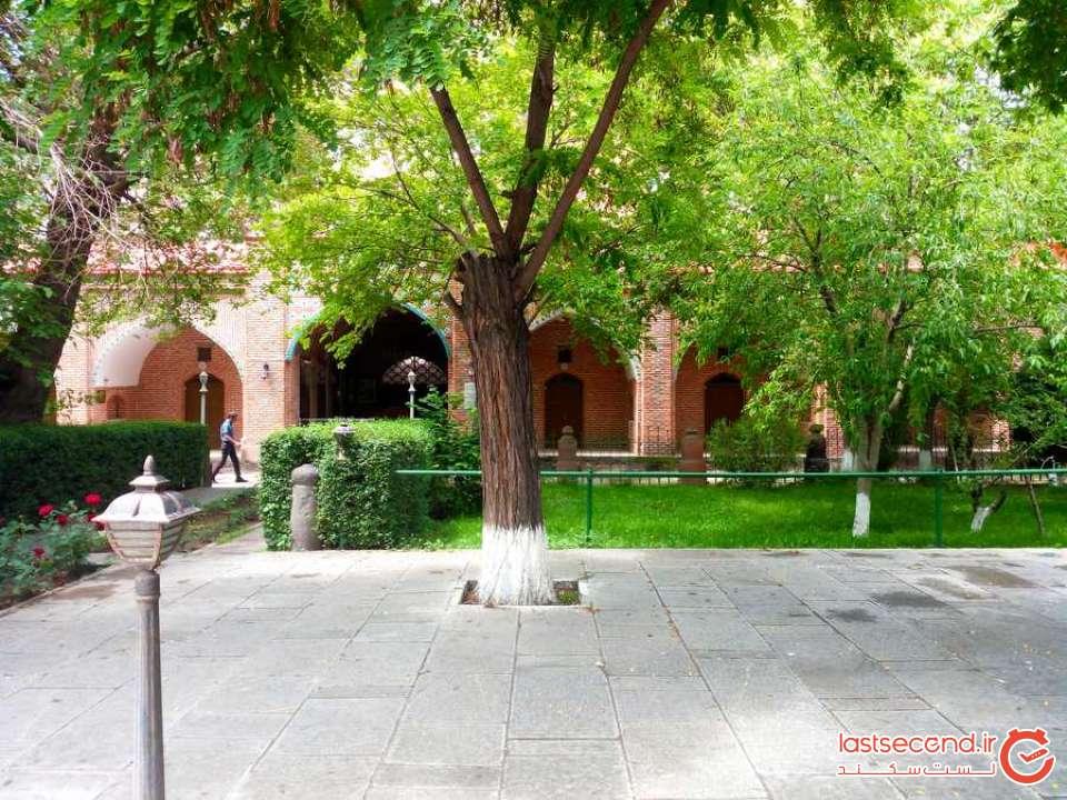 در حیاط مسجد.jpg