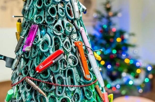 عجیب ترین درخت کریسمس دنیا در فرودگاه لیتوانی!