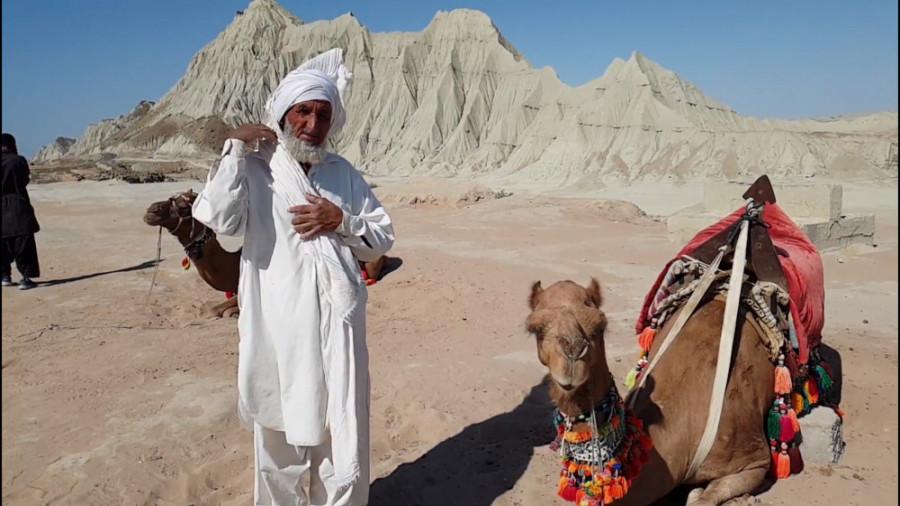 بوسه بر خاک بلوچستان میزنم