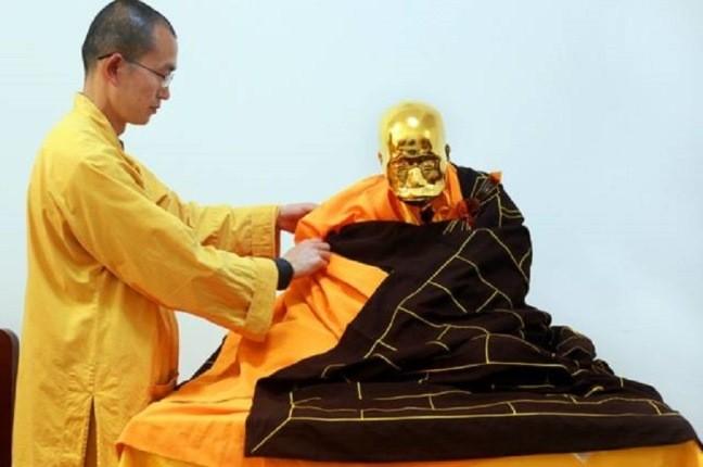 جنازه مومیایی شده راهب بودایی طی مراسمی به طلا تبدیل شد!