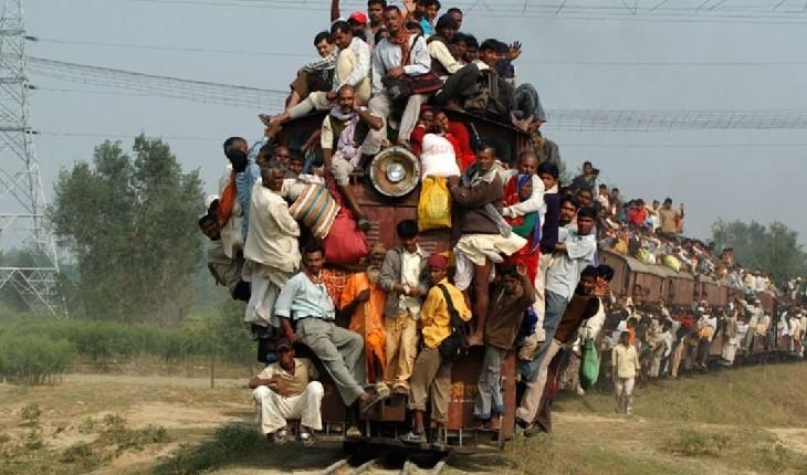 عجیب ترین مسافران قطار در جهان که بدون صندلی هم به مقصد می رسند!