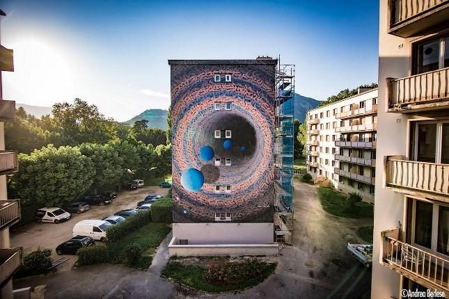 هنرمندی، دیوارها را به دروازه ای رو به جهانی دیگر تبدیل کرده است!