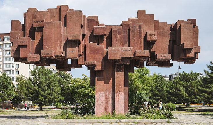 بیشککِ قرقیزستان، مملو از معماری عجیب و خیرهکننده شوروی!