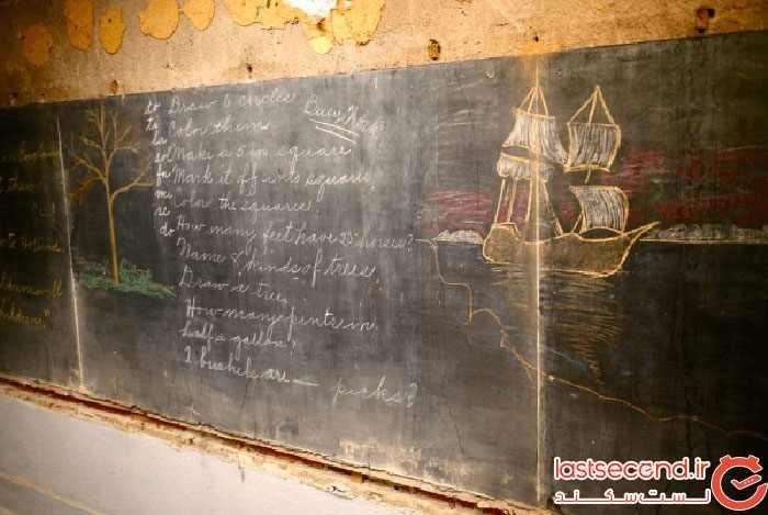 خدمه ساختمانی در زمان بازسازی یک مدرسه، تختههای سیاه متعلق به صد سال پیش را کشف کردند.