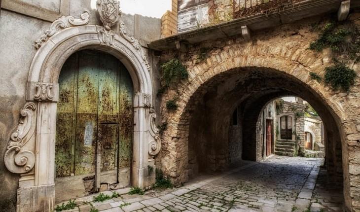 بیساکچیا، شهری که ده ها خانه یک یورویی را به فروش می رساند!