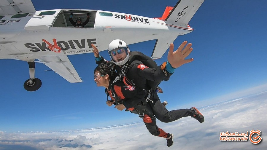 Tandem-Skydivers-Falling-From-Plane.jpg