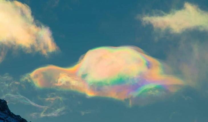 ابرهای رنگین تاب؛ پدیده ای بر فراز قله ای بلند در سیبری!