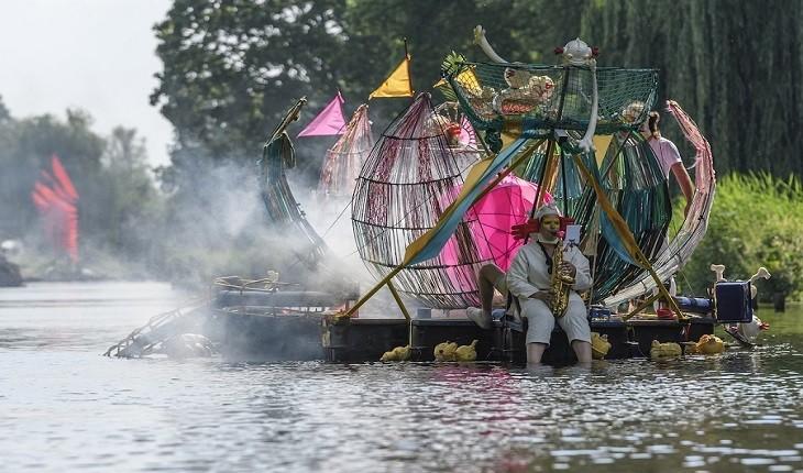 رژه شناوری که هنر غیرعادی هیرنیموس بوش  را در واقعیت تداعی می کند