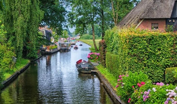 شهری زیبا در هلند که به جای خیابان، کانال آب دارد!