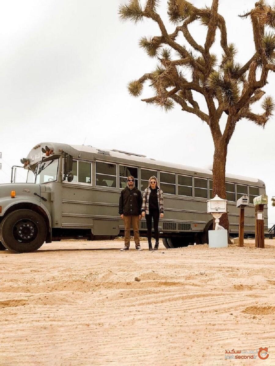 زوج بیخانه اتوبوس معمولی مدرسه را به خانه کوچک و زیبای متحرک تبدیل کردند