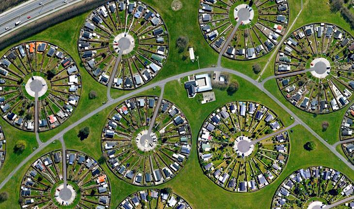 شهری در دانمارک  که در آن مردم با هم در باغ های مدور زندگی می کنند!