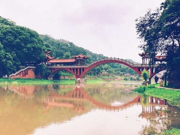 بازتاب پل هاوشنگ در چین که تصویری متقارن در آب ایجاد می کند!