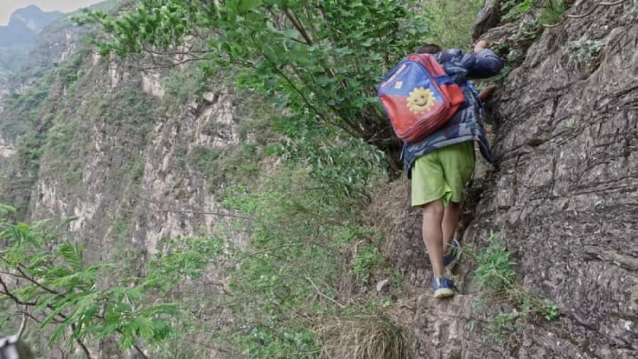 کودکان این روستا، در خطر مرگ در راه مدرسه قرار دارند!