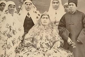 نگاهی به مد و پوشاک زنان دوره قاجار در عکسخانه کاخ گلستان
