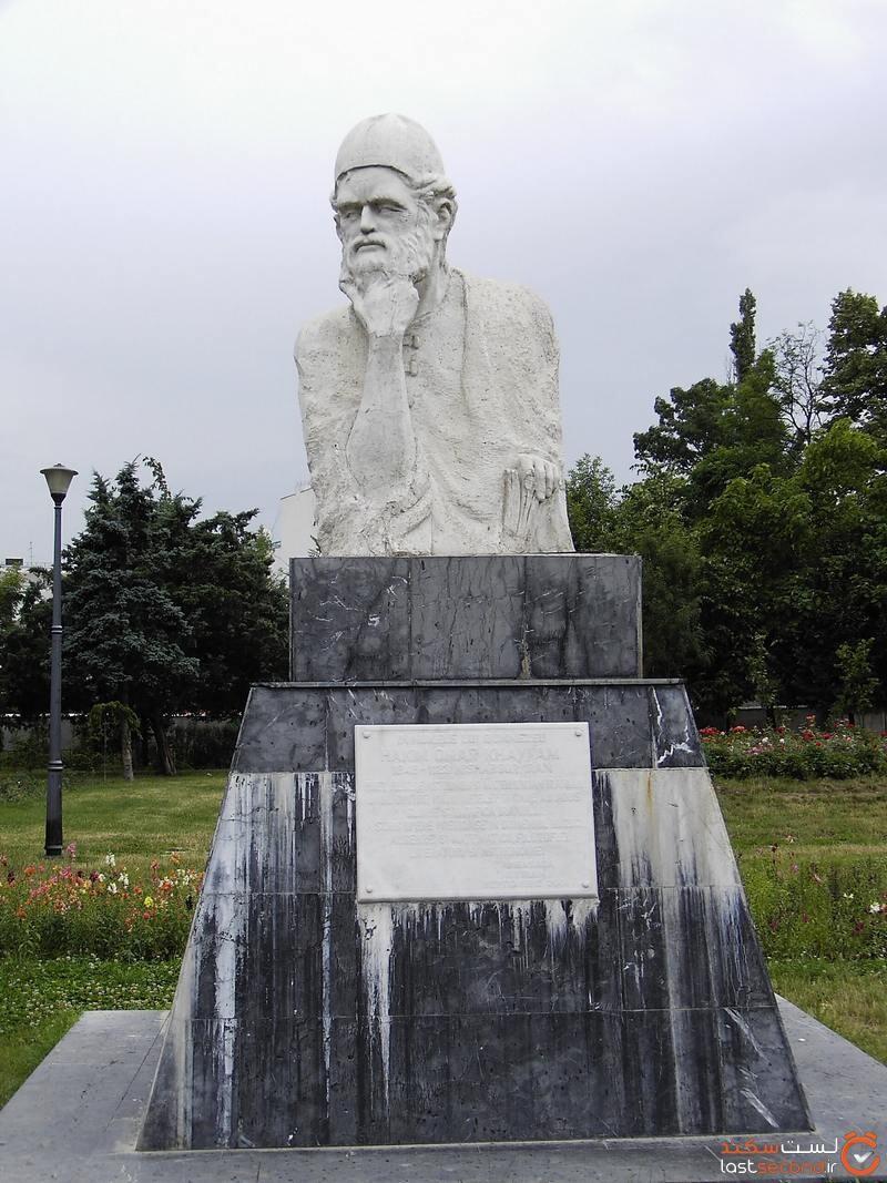 مجسمه خیام در رومانی.jpg