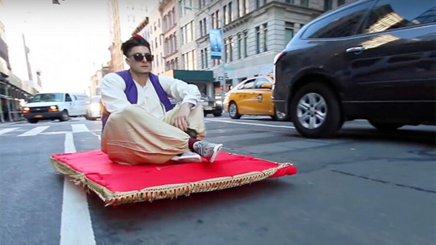 عبور علاءالدین با فرش جادویی اش از خیابان های نیویورک!