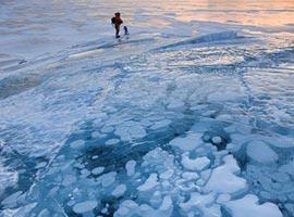 اسکی روی دریاچه ای از گاز متان + تصاویر