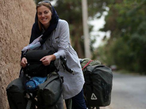 زن انگلیسی که از لندن تا تهران را رکاب زد +عکس